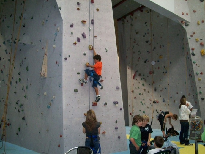Northern Beaches Rockhouse, climbing, caving, kids parties